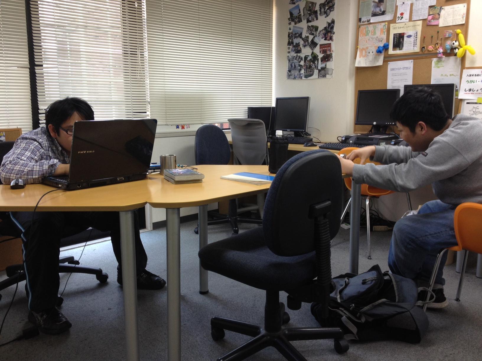 アットマーク国際高等学校品川キャンパスで猛烈に勉強する2人!