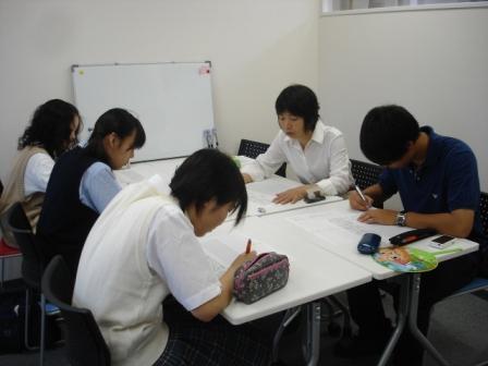 アットマーク国際高等学校品川キャンパスで先生と一緒に勉強